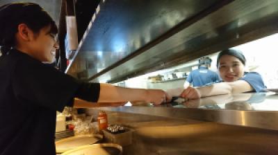 【短期OK】タッチパネルでオーダーされた料理を運ぶ簡単作業 焼肉きんぐ 梅坪店